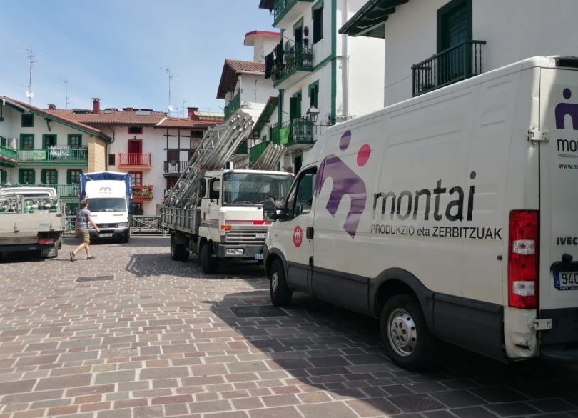 Montairen eta udalaren furgonetak, Madalen plazan